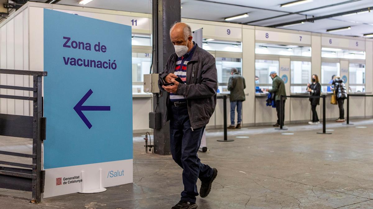 Cataluña tiene entorno a 1,1 millones de dosis esperando en la nevera y ya no ha recibido esta semana nuevas vacunas, porque no las ha pedido al Ministerio de Sanidad. EFE/Enric Fontcuberta/Archivo