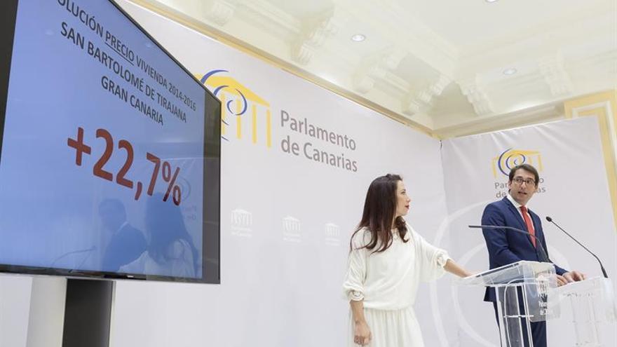 La presidenta y el portavoz del Grupo Parlamentario Socialista, Patricia Hernández (i) y el diputado socialista Iñaki Lavandera