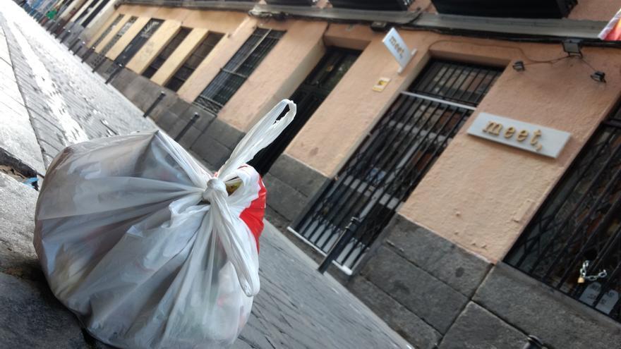 Bolsa de basura en la calle Palma, frente al portal al que hace referencia la carta | SOMOS MALASAÑA