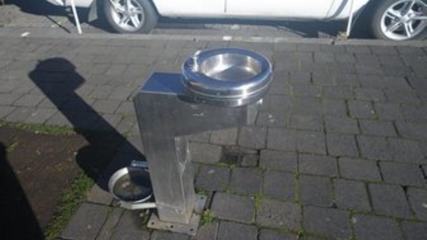 Fuente para perros en un barrio céntrico y zonas de paseo para perros en Long Beach.