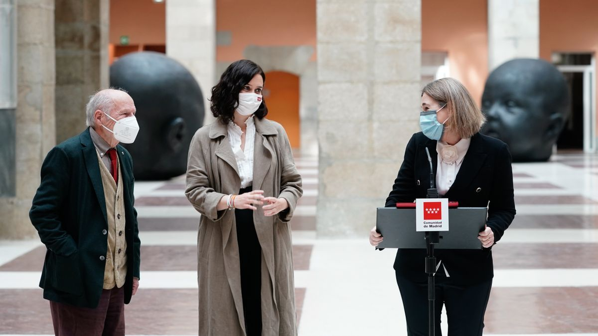 A la derecha, Isabel Díaz Ayuso y Marta Rivera de la Cruz en un acto este lunes en la Puerta del Sol.