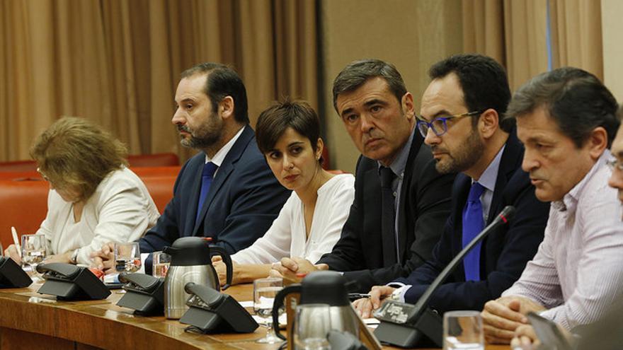 Ricardo Cortés, en el centro de la imagen, en una reunión del Grupo parlamentario Socialista.