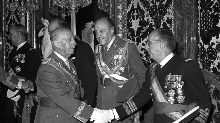 Francisco Franco saluda al ministro de Marina, Adolfo Baturone, durante una recepción en el salón del Trono del palacio de Oriente, en octubre de 1971. Detrás, el ministro del Ejército, Juan Castañón de Mena.