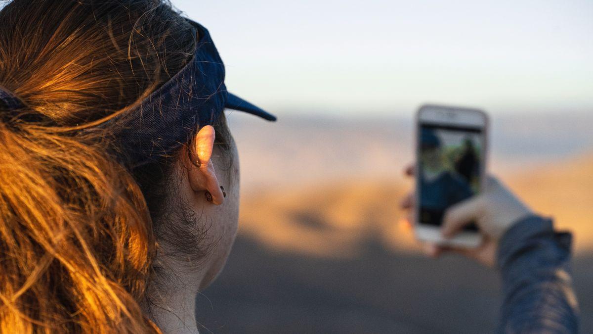 Una joven saca una fotografía