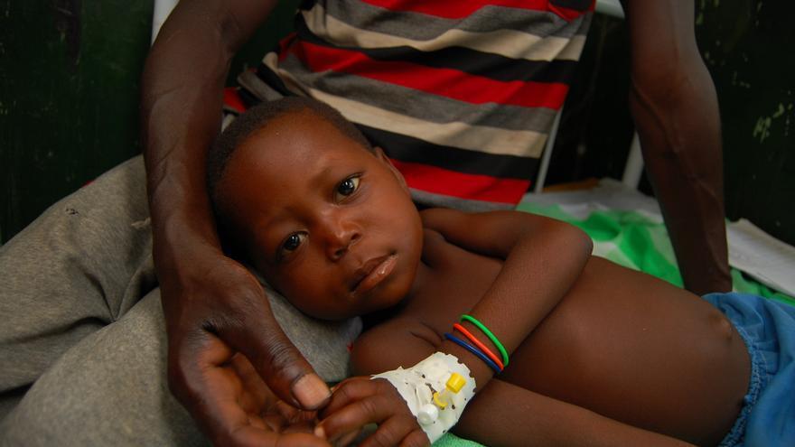 El chico de la imagen llegó a la clínica de Médicos Sin Fronteras con malaria grave. Necesitaba una transfusión porque padecía anemia. Su padre pudo donar sangre y tras la transfusión comenzó a recuperarse. Fotografía: Sandra Smiley/MSF