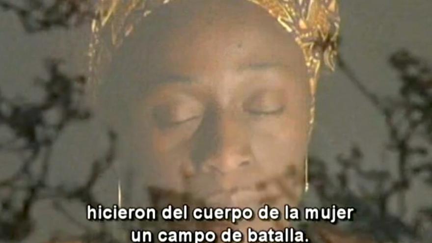 """Fotograma de PourQuoi?, donde Adzuba denuncia el """"feminicidio"""" contra las mujeres congoleñas."""