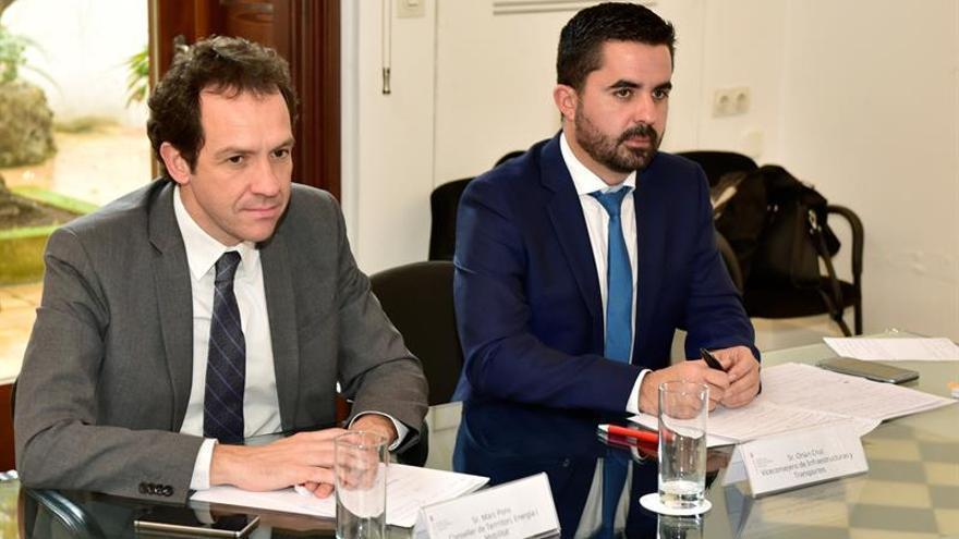De izquierda a derecha: El consejero de Territorio, Energía y Movilidad de Baleares, Marc Pons y el viceconsejero de Infraestructuras y Transportes del Gobierno de Canarias, Onán Cruz.