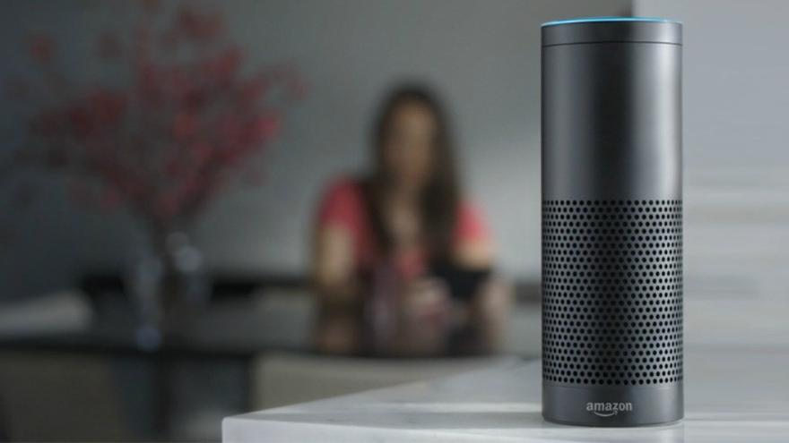"""Amazon Echo, el """"altavoz inteligente"""" de la compañía estadounidense."""