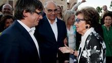 Carmen Mateu saluda a Carles Puigdemont en presencia de Salvador Alemany