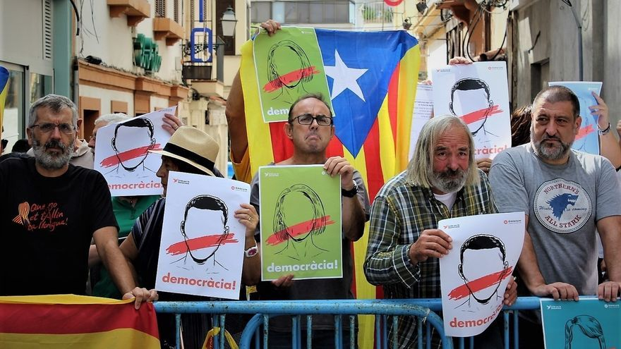 La Policía Nacional impide una concentración de manifestantes ante las puertas de la cumbre del PP en Mallorca