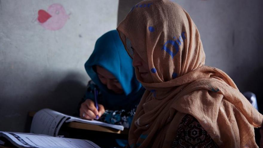 Solicitantes de asilo afganas en el colegio para refugiados de Cisarua (Indonesia)