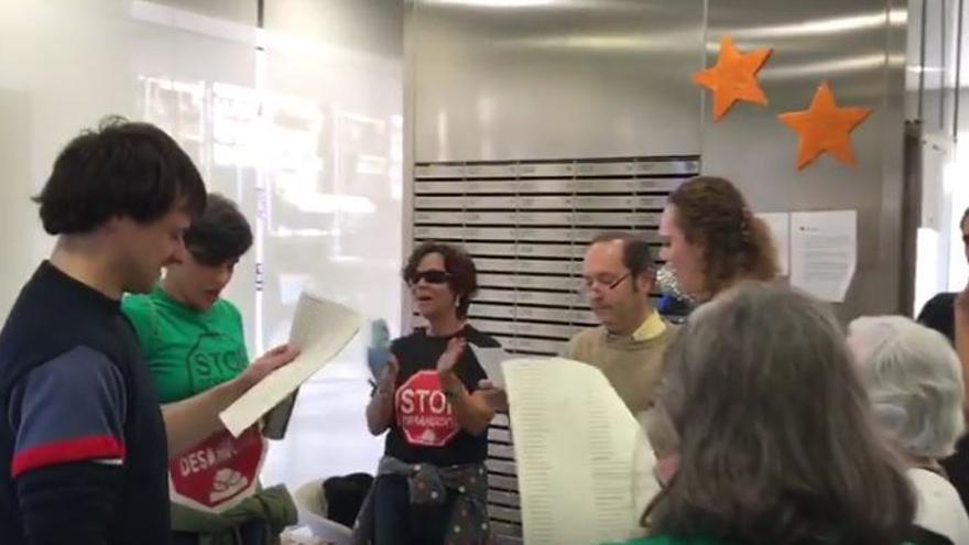 Encierro de activistas de la PAH en la sede del Banco Sabadell en Guadalajara