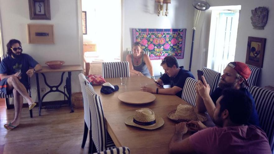 Un grupo de jóvenes en un piso compartido