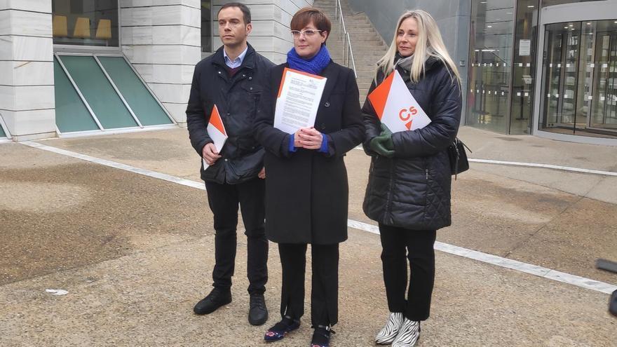 Archivo - La portavoz de Ciudadanos en el Ayuntamiento de Lleida, Ángeles Ribes, junto a la concejal Maria Burrel y el exedil Luis Osorio.