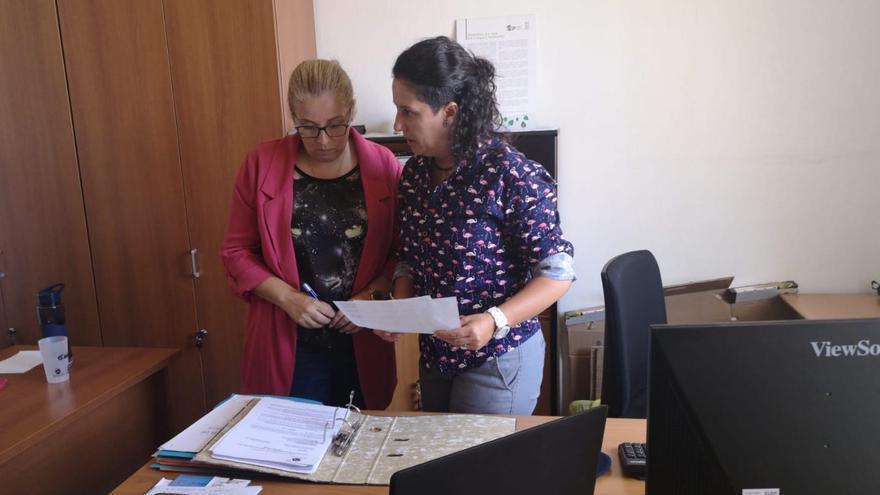 Eva Gloria Álvarez (d) con la alumna en prácticas.