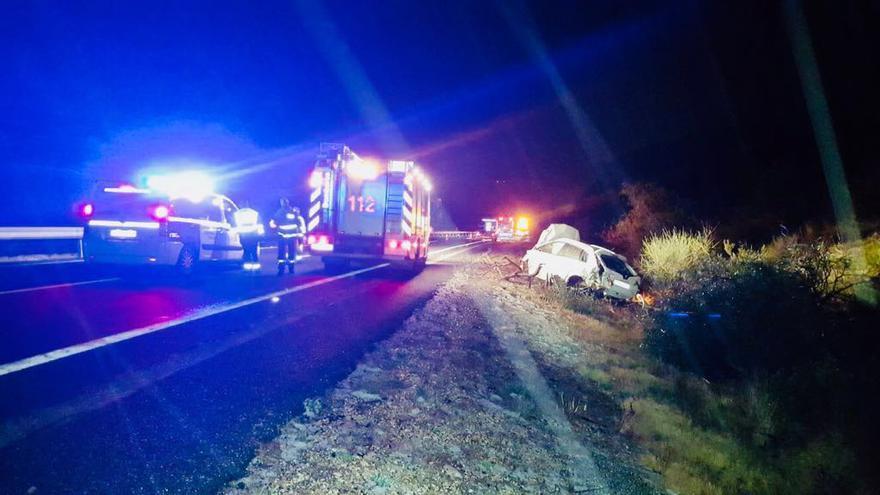 Guadia Civil y bomberos en el lugar del accidente.