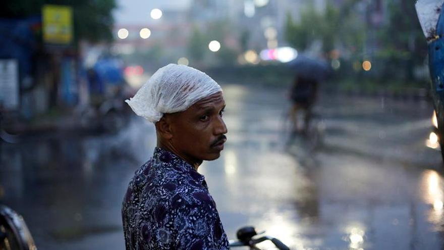 """Ciclón """"Mora"""" toca tierra mientras se mantiene la alerta máxima en Bangladesh"""