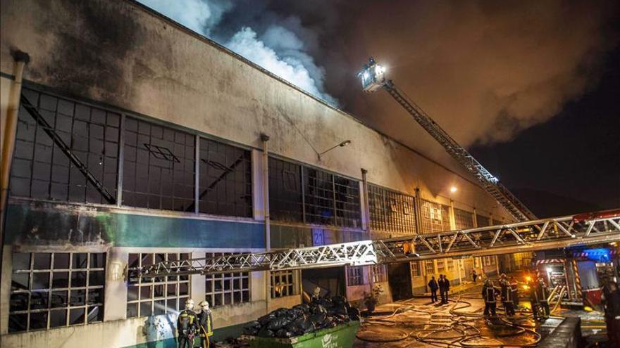 Se incendia una empresa de caucho en Alonsotegi (Bizkaia)