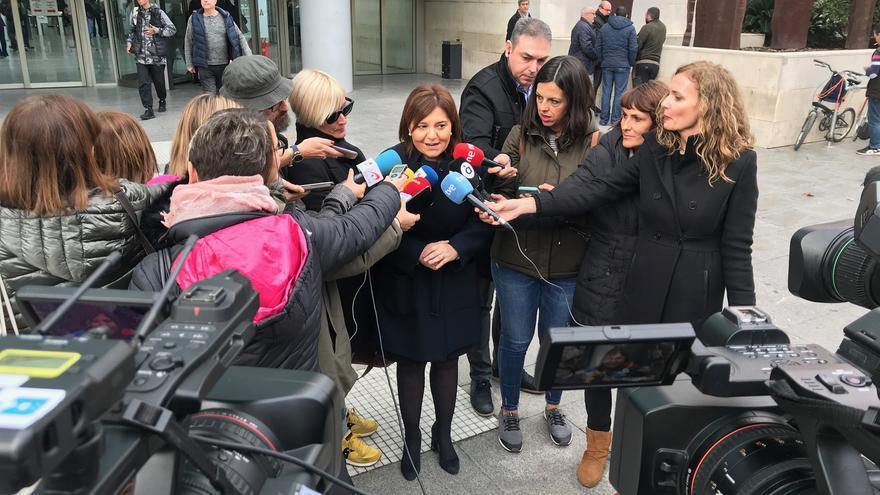La exconsellera de Infraestructuras y líder del PP valenciano, Isabel Bonig, atiende a los medios tras declarar.