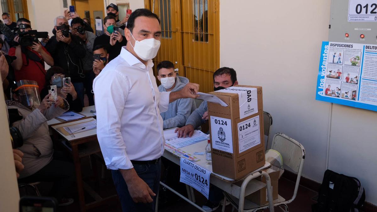 El gobernador correntino Gustavo Valdés deposita su voto
