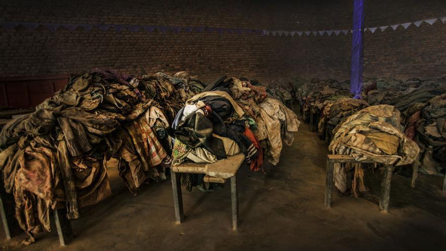 Según testimonios de los supervivientes y de posteriores investigaciones, el 10 de abril murieron unos 10.000 civiles en la iglesia de Nyamata. A medida que los asesinos se acercaban a la zona, miles de personas decidieron refugiarse en la iglesia y cerraron las puertas de hierro. Los miembros de la  milicia Interahamwe, y las fuerzas gubernamentales ruandesas les obligaron a abrir y entraron en la iglesia con fusiles, granadas y machetes. Fotografía: Juan Carlos Tomasi /MSF