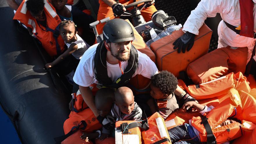 """El coordinador de MSF en el Bourbon Argos, Sebastian Stein, durante una operación de rescate en el Mediterráneo. En el bote viajaban hacinadas 140 personas, 18 de ellas niños. """"El rescate fue un ejemplo evidente de los enormes riesgos que las personas que huyen de la violencia tienen que afrontar"""" afirma, Stein. Fotografía: Sara Creta/MSF."""