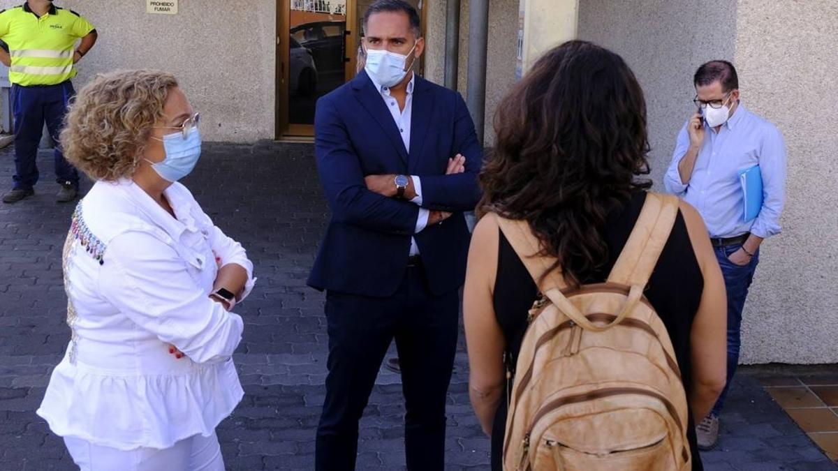 Mercedes Coello y Kilian Sánchez, en el Centro de Salud de Los Llanos de Aridane.