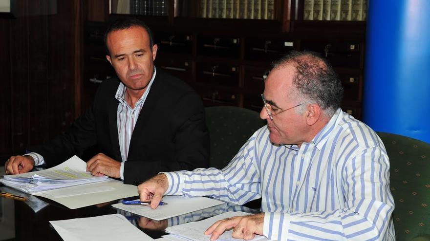 En la imagen, los consejeros del grupo Popular en el Cabildo Raúl Camacho (izquierda) y Carlos Cabrera.