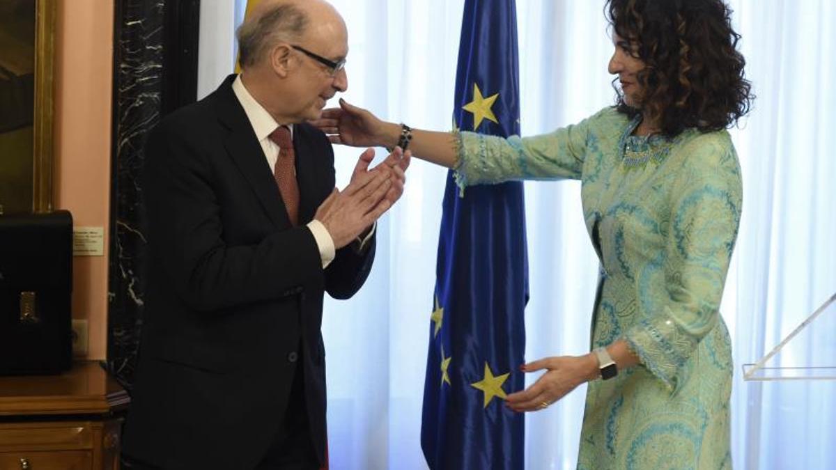 Cristóbal Montoro y María Jesús Montero, durante el acto de traspaso de cartera.