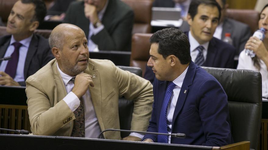 Javier Imbroda, consejero de Educación, junto al presidente andaluz, Juan Manuel Moreno.