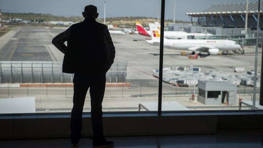 Un hombre mira los aviones en el aeropuerto Adolfo Suárez Madrid-Barajas.