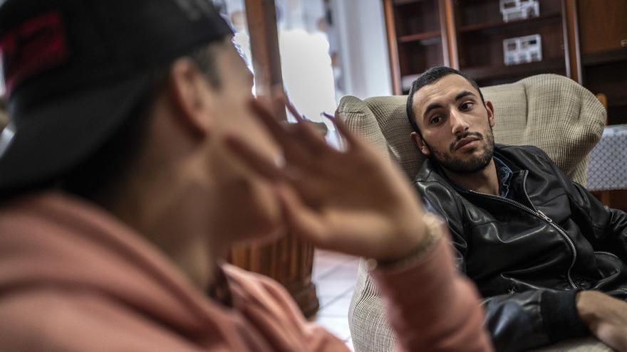 Youssef charla con uno de los menores