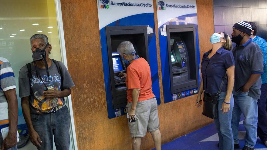 La inflación acelera la desaparición de los cajeros en Venezuela