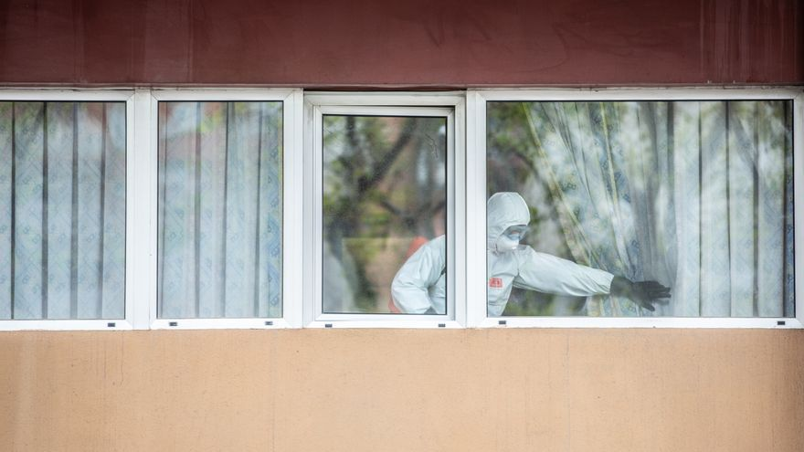 Un militar de la UME desinfecta las ventanas de una residencia. / David Zorrakino / Europa Press