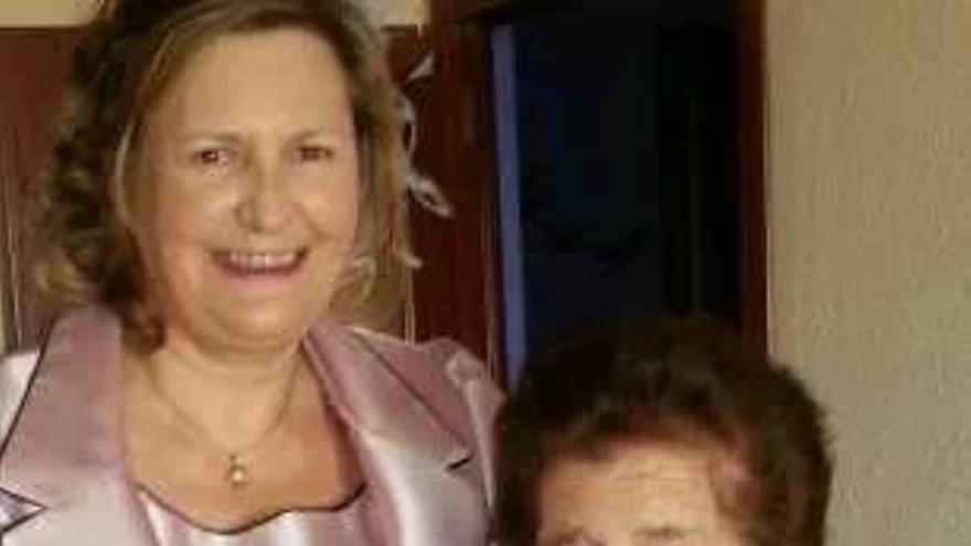 María Soledad Velasco junto a su madre, que padece alzheimer