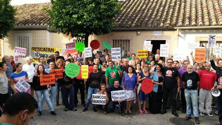 Miembros de Stop Desahucios concentrados en la puerta de la casa para evitar el desalojo. (Foto. Stop Desahucios Córdoba)