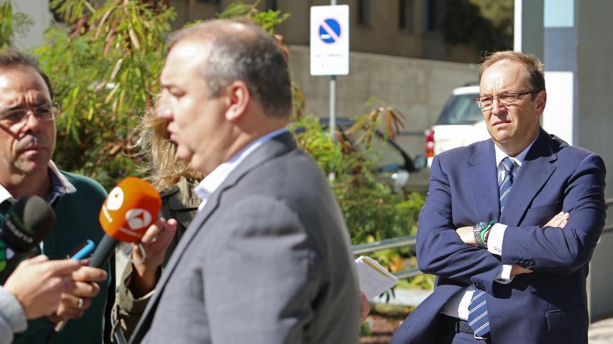 Miguel Ángel Ramírez atiende a los medios de comunicación ante la mirada de su abogado Sergio Armario
