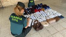 La Guardia Civil se incauta de calzado deportivo en un mercadillo de la Comarca de Pamplona