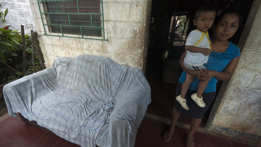 Esmeralda y su hijo Anderson, de dos años, enfermo con diarreas desde poco después de nacer debido a la calidad del agua según el médico/ Alba Sotelo Leal