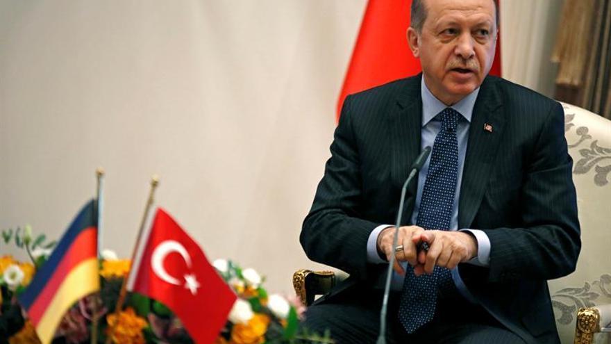 Erdogan dice que seguirá el estado de emergencia hasta que el país se calme
