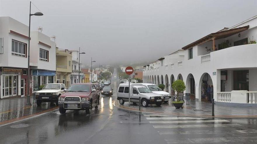 Suspendida la actividad lectiva, cultural y deportiva en El Hierro debido al mal tiempo. EFE/Gelmert Finol
