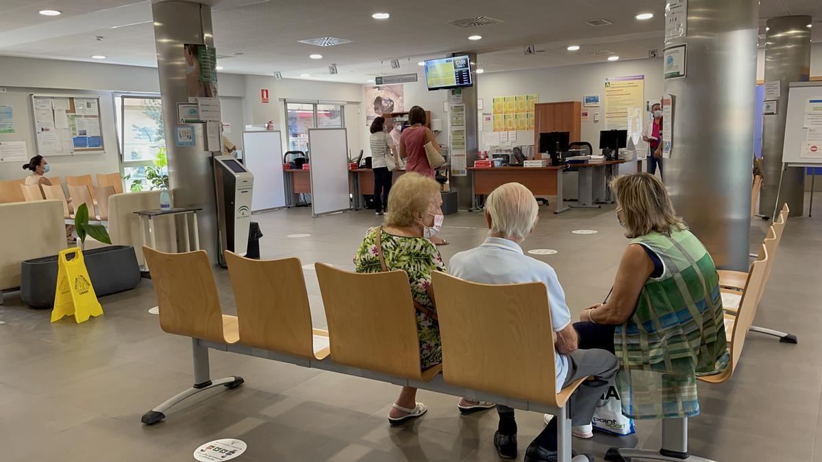 Un grupo de pacientes en un centro de salud