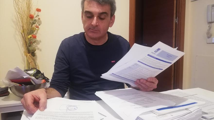 David Fernández revisa los documentos que presentó durante el juicio contra la promotora del edificio donde vive.