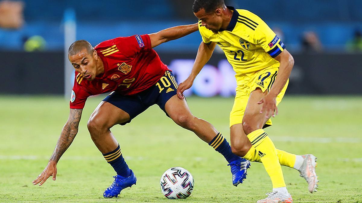Thiago Alcántara presiona a un rival en el España-Suecia de la Eurocopa 2021