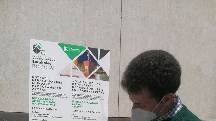 El concejal de Barakaldo Gorka Zubiaurre junto a un buzón para participar en los 'presupuestos participativos'.