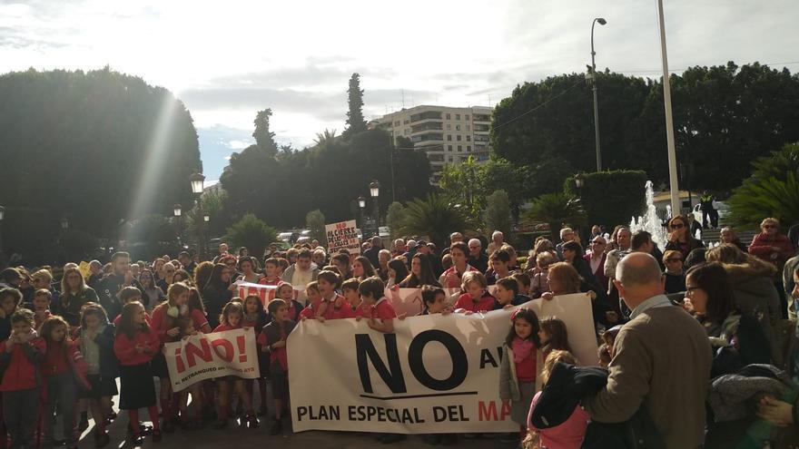 Manifestación de vecinos de la Arboleja y alumnos del Colegio AYS