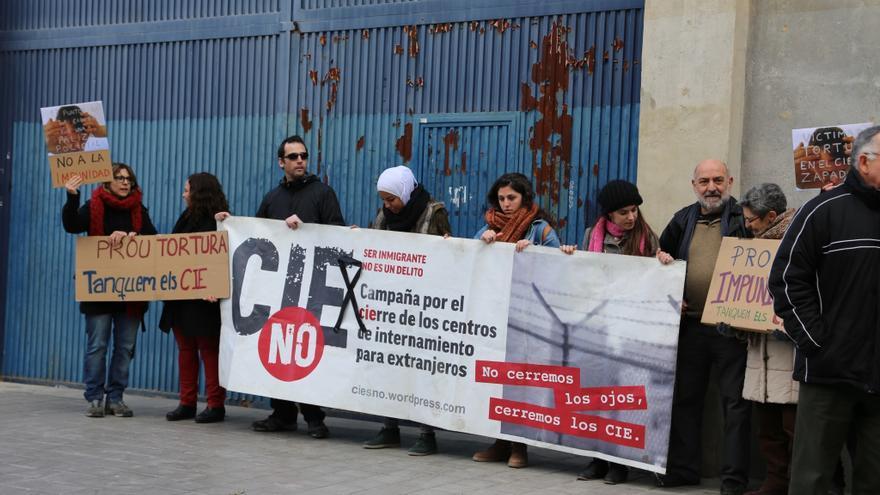 Los miembros de la campaña CIEsNO a las puertas de Zapadores esperan la llegada de Cosidó