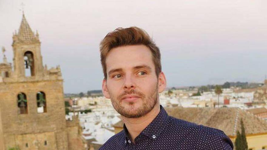 Alejandro Rodríguez, el joven que ha denunciado la oposición del párroco de Paradas a ser padrino de su sobrina por ser gay.