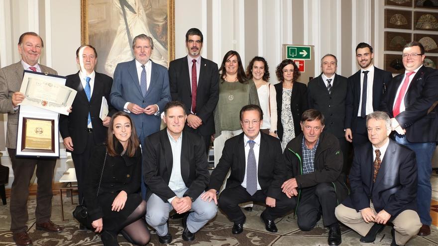 Méndez de Vigo entrega la Placa de la Real Orden al Mérito Deportivo al Hipódromo de San Sebastián