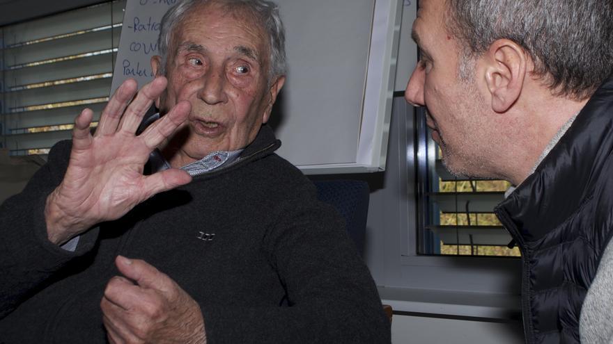Cristóbal Soriano charla con uno de los asistentes al acto en Ginebra / Foto: Carlos Hernández